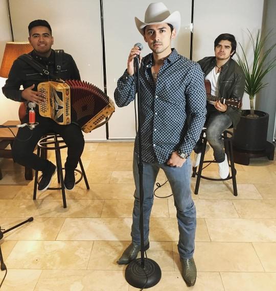 Miguel Martínez – Una mentira (Letra y Video)