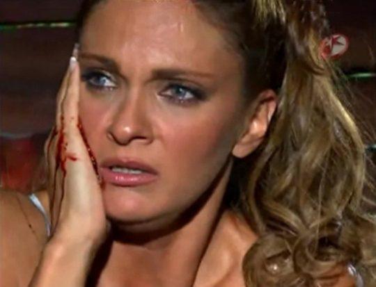 Mar de Amor: Reina le desfigura el rostro a Oriana (Mariana Seoane)