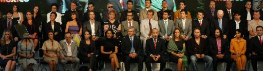 Actores participan en la campaña Vive México